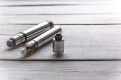 Ηλεκτρονικά τσιγάρα, συσκευές για, vape νεαροί δικυκλιστές για τον εγκαταλειμμένο καπνό Στοκ Εικόνες