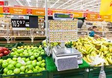 Ηλεκτρονικές κλίμακες στο τμήμα προϊόντων του καταστήματος Auchan Στοκ φωτογραφία με δικαίωμα ελεύθερης χρήσης
