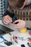 Ηλεκτρονική κατασκευή στο εργαστήριο εφευρετών στοκ φωτογραφία με δικαίωμα ελεύθερης χρήσης