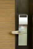Ηλεκτρονική κλειδαριά στην πόρτα με την άσπρη βασική κάρτα στοκ εικόνα