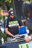 Ηλεκτρονική χρήσεων Deejay για να παίξει τη μουσική στο φεστιβάλ χιπ χοπ Στοκ φωτογραφία με δικαίωμα ελεύθερης χρήσης
