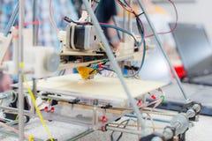 Ηλεκτρονικός τρισδιάστατος πλαστικός εκτυπωτής κατά τη διάρκεια της εργασίας στο scho Στοκ Φωτογραφίες