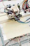 Ηλεκτρονικός τρισδιάστατος πλαστικός εκτυπωτής κατά τη διάρκεια της εργασίας στο scho Στοκ Φωτογραφία