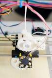 Ηλεκτρονικός τρισδιάστατος πλαστικός εκτυπωτής κατά τη διάρκεια της εργασίας στο scho Στοκ Εικόνες
