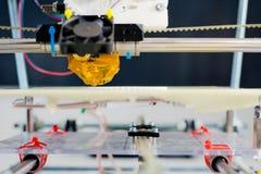 Ηλεκτρονικός τρισδιάστατος πλαστικός εκτυπωτής κατά τη διάρκεια της εργασίας στο scho Στοκ εικόνες με δικαίωμα ελεύθερης χρήσης