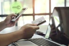 ηλεκτρονικό βασικό έξυπνο σπίτι τ έννοιας, smartphone και καρτών σε διαθεσιμότητα Στοκ φωτογραφία με δικαίωμα ελεύθερης χρήσης