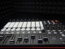 Ηλεκτρονικό μουσικό όργανο ή ακουστικός υγιούς εξισωτής αναμικτών ή σε έναν μαύρο αναλογικό μορφωματικό συνθέτη υποβάθρου στοκ εικόνες