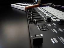 Ηλεκτρονικό μουσικό όργανο ή ακουστικός υγιούς εξισωτής αναμικτών ή σε έναν μαύρο αναλογικό μορφωματικό συνθέτη υποβάθρου Στοκ φωτογραφία με δικαίωμα ελεύθερης χρήσης