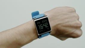 Ηλεκτρονικό ρολόι σε έναν αρσενικό καρπό απόθεμα βίντεο