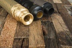 Ηλεκτρονικό τσιγάρο σε ένα ξύλινο υπόβαθρο Στοκ φωτογραφίες με δικαίωμα ελεύθερης χρήσης