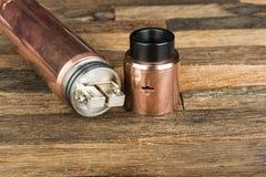 Ηλεκτρονικό τσιγάρο σε ένα ξύλινο υπόβαθρο Στοκ φωτογραφία με δικαίωμα ελεύθερης χρήσης