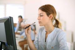 Ηλεκτρονικό τσιγάρο στην εργασία Στοκ φωτογραφία με δικαίωμα ελεύθερης χρήσης