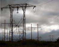 Ηλεκτροφόρα καλώδια σε έναν γκρίζο ουρανό με τα βουνά Στοκ φωτογραφία με δικαίωμα ελεύθερης χρήσης