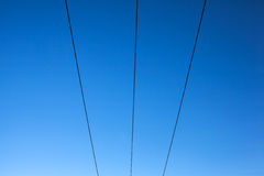 Ηλεκτροφόρα καλώδια σε έναν μπλε ουρανό Στοκ εικόνα με δικαίωμα ελεύθερης χρήσης