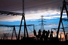Ηλεκτροφόρα καλώδια στο ηλιοβασίλεμα Στοκ φωτογραφία με δικαίωμα ελεύθερης χρήσης