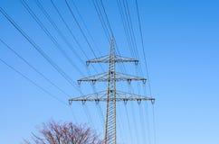 Ηλεκτροφόρα καλώδια υψηλής έντασης στον ουρανό Στοκ φωτογραφία με δικαίωμα ελεύθερης χρήσης