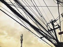 Ηλεκτροφόρα καλώδια ύφους και γραμμές επικοινωνίας στο στο κέντρο της πόλης σωρό στον αναδρομικό τρόπο χρώματος Στοκ εικόνες με δικαίωμα ελεύθερης χρήσης