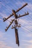 Ηλεκτροφόρο καλώδιο ενάντια στον ουρανό Στοκ φωτογραφία με δικαίωμα ελεύθερης χρήσης