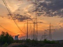 Ηλεκτροφόρο καλώδιο ενός σταθμού πυρηνικής ενέργειας, ηλιοβασίλεμα Στοκ Φωτογραφίες
