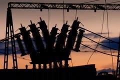 Ηλεκτροφόρο καλώδιο με το μετασχηματιστή στο ηλιοβασίλεμα Στοκ Εικόνες
