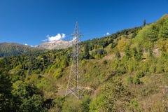 Ηλεκτροφόρο καλώδιο στα βουνά Στοκ Εικόνες