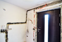 Ηλεκτρολογική εργασία ανακαίνισης για το παλαιό σπίτι που εγκαθιστά τη νέα δύναμη lin Στοκ φωτογραφίες με δικαίωμα ελεύθερης χρήσης