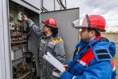 Ηλεκτρολόγοι στον υποσταθμό Στοκ Εικόνα