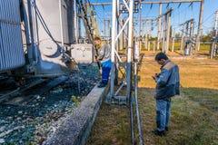 Ηλεκτρολόγοι στον υποσταθμό Στοκ φωτογραφία με δικαίωμα ελεύθερης χρήσης