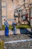 Ηλεκτρολόγοι στον υποσταθμό Στοκ εικόνα με δικαίωμα ελεύθερης χρήσης
