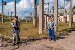 Ηλεκτρολόγοι στον υποσταθμό Στοκ εικόνες με δικαίωμα ελεύθερης χρήσης