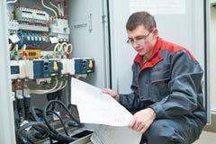 Ηλεκτρολόγος με το ηλεκτρικό πρόγραμμα σχεδίου Στοκ Εικόνα