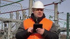 Ηλεκτρολόγος μηχανικός με το PC ταμπλετών στις εγκαταστάσεις παραγωγής ενέργειας απόθεμα βίντεο