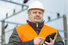 Ηλεκτρολόγος μηχανικός με το PC ταμπλετών στον ηλεκτρικό υποσταθμό Στοκ εικόνες με δικαίωμα ελεύθερης χρήσης