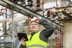 Ηλεκτρολόγος μηχανικός με το PC ταμπλετών Στοκ εικόνα με δικαίωμα ελεύθερης χρήσης