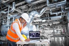 Ηλεκτρολόγος μηχανικός που εργάζεται στο θάλαμο ελέγχου του εργοστασίου παραγωγής ηλεκτρικού ρεύματος στοκ εικόνες με δικαίωμα ελεύθερης χρήσης