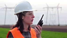 Ηλεκτρολόγος μηχανικός που μιλά σε μια ομιλούσα ταινία walkie- απόθεμα βίντεο
