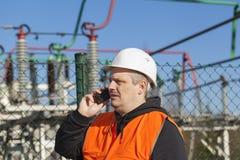 Ηλεκτρολόγος μηχανικός που μιλά στο τηλέφωνο Στοκ Εικόνες