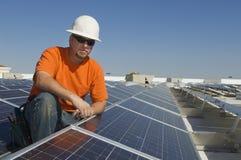 Ηλεκτρολόγος μηχανικός στις εγκαταστάσεις ηλιακής ενέργειας Στοκ Εικόνα