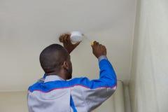 Ηλεκτρολόγος που εγκαθιστά τον αισθητήρα πυρκαγιάς στοκ φωτογραφία με δικαίωμα ελεύθερης χρήσης