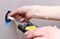 Ηλεκτρολόγος που μονώνει τα ηλεκτρικά καλώδια Στοκ Φωτογραφία