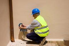 Ηλεκτρολόγος στην εργασία σε εγκαταστάσεις Στοκ φωτογραφίες με δικαίωμα ελεύθερης χρήσης