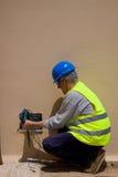 Ηλεκτρολόγος στην εργασία σε εγκαταστάσεις Στοκ φωτογραφία με δικαίωμα ελεύθερης χρήσης