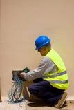 Ηλεκτρολόγος στην εργασία σε εγκαταστάσεις Στοκ Φωτογραφία