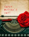 Η εκλεκτής ποιότητας γραφομηχανή κόκκινη αυξήθηκε λουλούδι ευτυχείς μητέρες ημέρας Στοκ φωτογραφίες με δικαίωμα ελεύθερης χρήσης