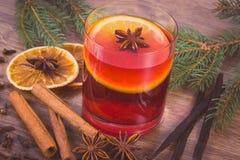 Η εκλεκτής ποιότητας φωτογραφία, θερμαμένο κρασί για το βράδυ Χριστουγέννων ή χειμώνα με τα καρυκεύματα και τις ερυθρελάτες διακλ Στοκ Εικόνες