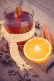 Η εκλεκτής ποιότητας φωτογραφία, ποτήρι του θερμαμένου κρασιού τύλιξε το μαντίλι με τα φρέσκα ευώδη καρυκεύματα Στοκ Φωτογραφίες