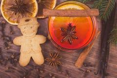 Η εκλεκτής ποιότητας φωτογραφία, το θερμαμένα κρασί και το μελόψωμο για τα Χριστούγεννα με τα καρυκεύματα και τις ερυθρελάτες δια Στοκ φωτογραφία με δικαίωμα ελεύθερης χρήσης