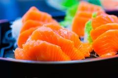 Η εκλεκτική εστίαση ακατέργαστο φρέσκο sashimi εξυπηρετεί σε ένα κύπελλο βαρκών με το W Στοκ φωτογραφία με δικαίωμα ελεύθερης χρήσης
