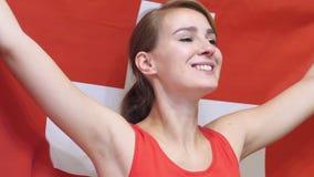 Η ελβετική νέα γυναίκα γιορτάζει το κράτημα της σημαίας της Ελβετίας σε σε αργή κίνηση απόθεμα βίντεο