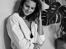 Η ελκυστική αισθησιακή γυναίκα θέτει στο άσπρο πουκάμισο Γραπτό πορτρέτο Cinematic με τις χαριτωμένες συγκινήσεις στοκ εικόνες με δικαίωμα ελεύθερης χρήσης